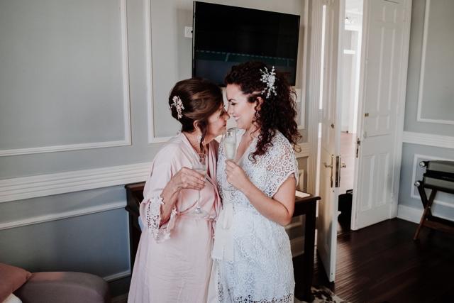 novia y su mama alistandose