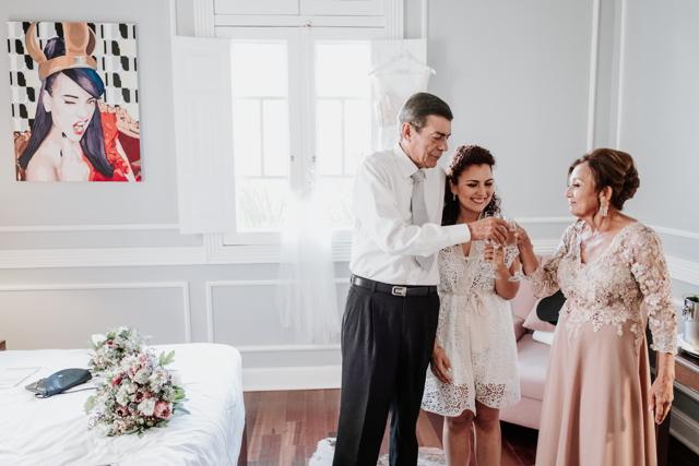 novia con sus padres alistandose