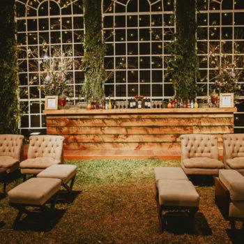 barra de madera y salas lounge de una boda