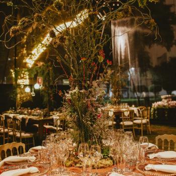 centro de mesa de follaje alto para una boda