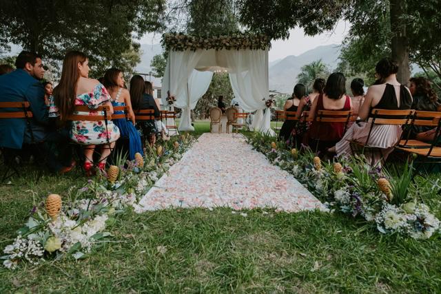 camino de pétalos de rosas hacia el altar