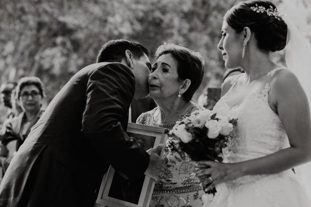 mamà de la novia entregando a su hija