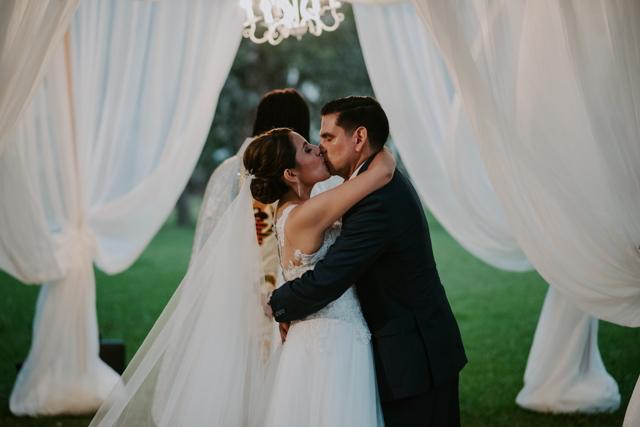 novios durante la ceremonia de bodas