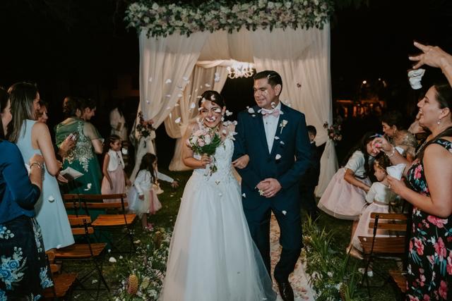 novios llegando a la fiesta de bodas