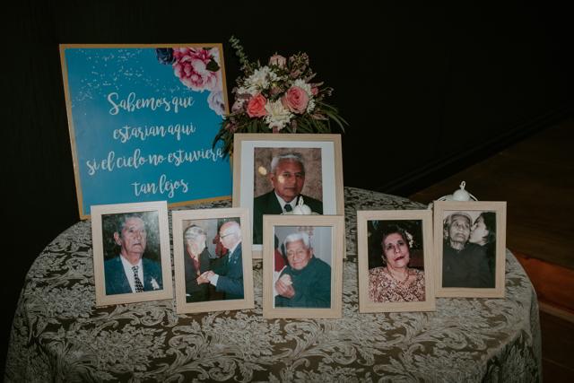 mesa con fotos de los familiares fallecidos