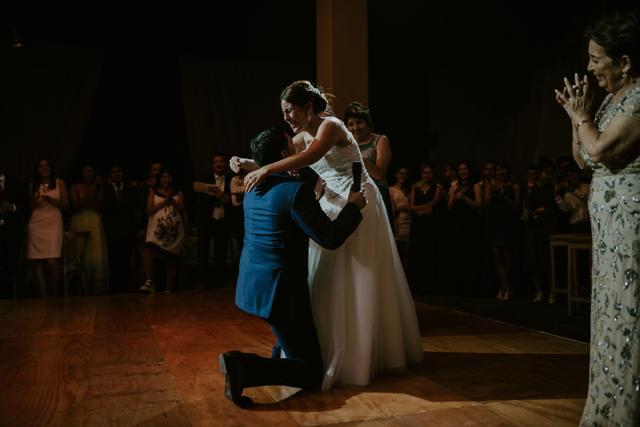 novio entregando el anillo a la novia