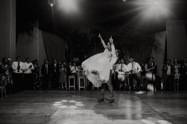 novios bailando felices