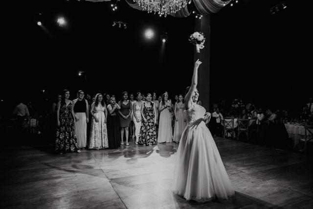 novia lanzando el ramo