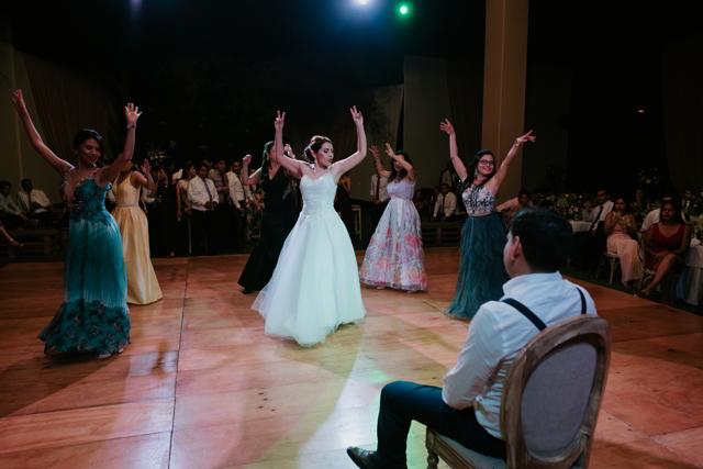 novia bailando con sus damas