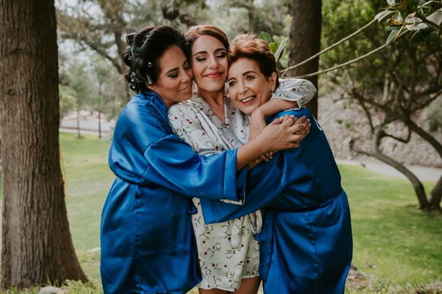 novia con su mama y hermana