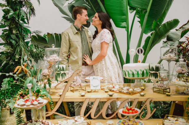 Maria Pia y Daniel posando con la mesa de dulces en el Baby Shower de su hijo Lucas