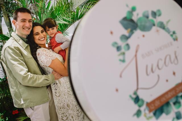 María Pía y Daniel con su sobrinita en el Baby Shower de Lucas