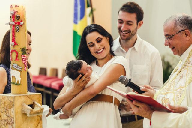 Lucas mirando al Padre en su bautizo